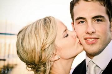 Há formas diferentes de beijar em diferentes pontos do globo. Saiba onde deve encostar o nariz, onde apenas pode beijar crianças e onde cumprimentar as pessoas com três ou até cinco beijos.