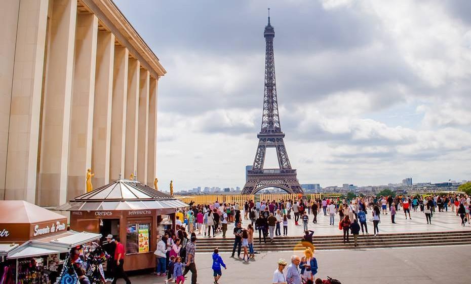 França: Dependendo da região de França em que se encontra, pode dar um beijo, dois três ou até cinco. Isto acontece em alguma zonas do norte do país.