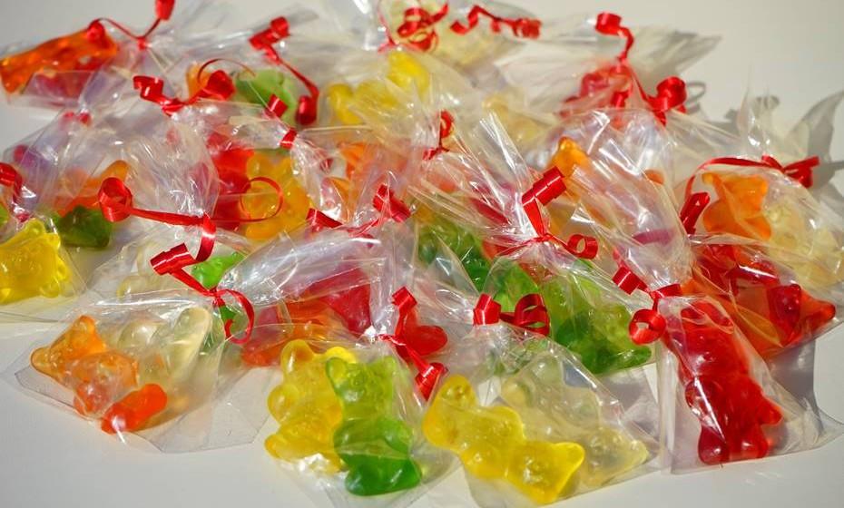 Nunca somos velhos demais para doces. Prepare uma mesa cheia de doces e deixe saquinhos para que os seus convidados levem alguns para casa.
