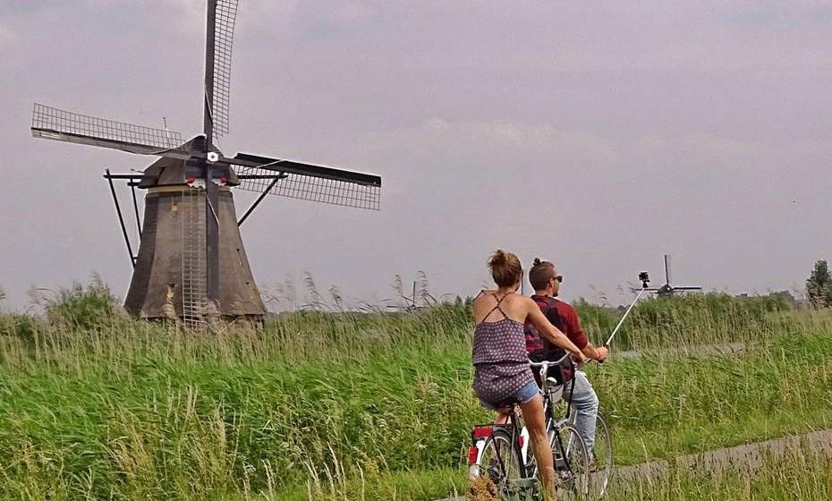 Holanda: O normal é cumprimentar as pessoas que conhece com três beijos, começando com o lado direito do rosto. Quando há muita familiaridade, pode passar a dar-se só para um beijo.