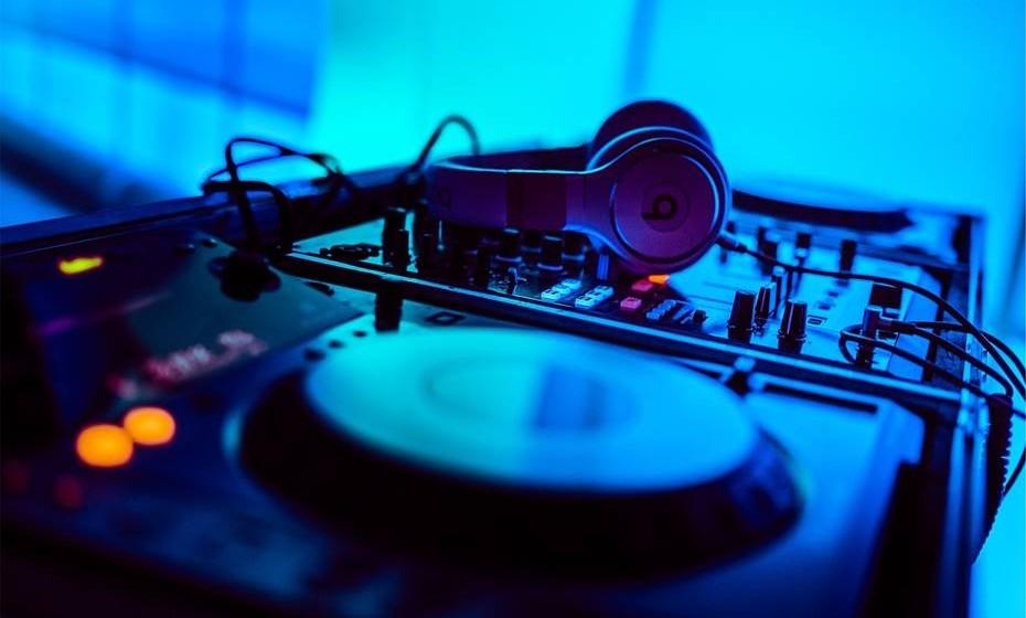 Contrate um dj para colocar música na sua festa, deixando-lhe de antemão algumas sugestões de músicas de que gosta e, ao longo da noite, deixe-se surpreender com a banda sonora da sua festa.