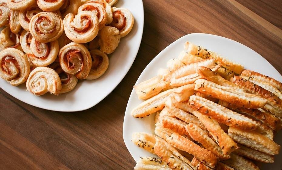 Em vez de um jantar, prefira oferecer aos convidados uma mesa cheia de pequenos petiscos originais. Se não quer perder tempo na cozinha, pode contratar uma empresa com carrinho de comida para o seu jardim.