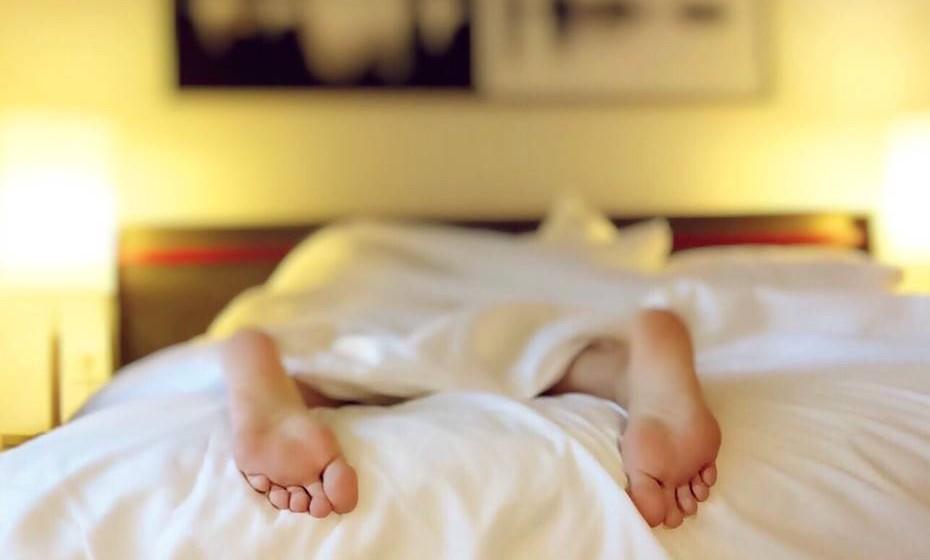 Posição na cama: Já todas ouvimos dizer que a melhor posição para dormir é deitada de costas, com as pernas ligeiramente levantadas para favorecer a circulação sanguínea. Sabemos que, para quem está habituado a dormir de lado, por exemplo, pode ser difícil adormecer nesta posição. Tente encontrar a sua posição perfeita e o nível de elevação de pernas mais confortável. Caso não consiga adormecer de costas, durma de lado mas evitando esfregar-se muito na almofada, pois isto vai ajudar à formação de rugas.