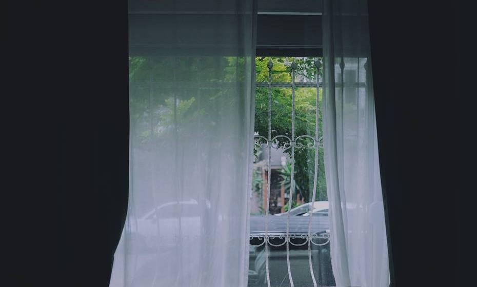 Prefira colocar cortinas laváveis em toda a casa. Materiais como persianas ou estores facilitam a acumulação de pó e devem ser limpos e aspirados com frequência.