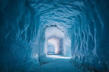 Chama-se Into the Glacier Experience e abriu ao público em junho de 2015, na Islândia. É uma caverna com várias salas escavadas dentro do segundo maior glaciar da Europa, o Langjökull. A já maior atração da Islândia permite aos turistas, pela primeira vez, conquistar um glaciar por dentro. Tem até uma capela.
