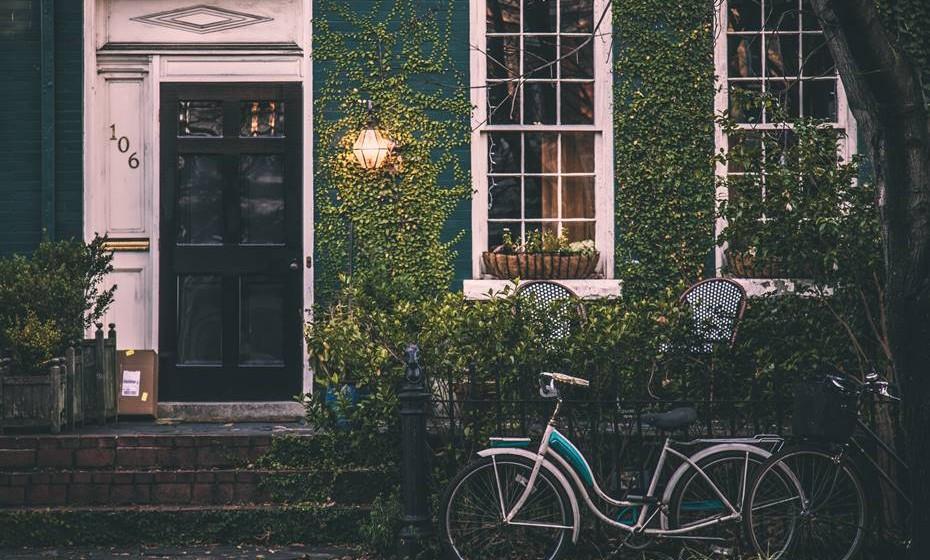 Cuide do bairro: Estimule atividades de grupo na vizinhança para a manutenção do bairro. Uma vez por mês, por exemplo, podem organizar uma limpeza de bairro ou uma limpeza de uma zona florestal ou jardim perto do bairro. Não só estão a cuidar dos espaços públicos comuns como ainda criam um sentimento de pertença.