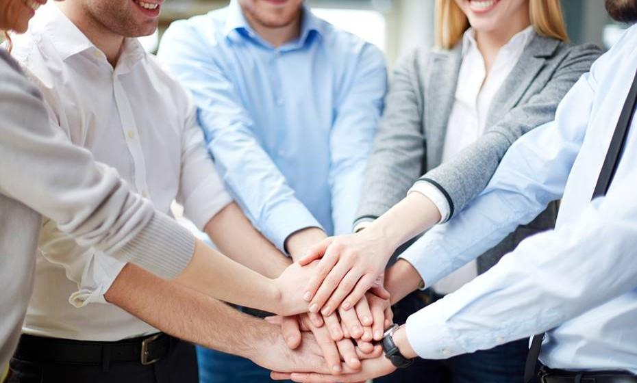 Partilhe os louros: Em projetos de equipa, saiba dividir os elogios recebidos. Para um ambiente de trabalho feliz, todos devem sentir-se apreciados. Quando assume o papel de líder de projeto, não esqueça de elogiar e apreciar o trabalho dos outros.