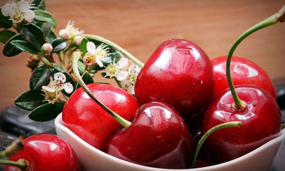 Já as provou? Finalmente chegaram, para fazer as delícias de quem por elas espera todo o ano. Este bonito fruto é rico em antioxidantes, pouco calórico e esconde muitos outros benefícios. Conheça-os de seguida e... desfrute.