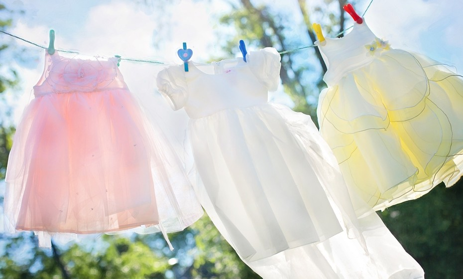 Na lavandaria: Lave a roupa em água fria e com a carga máxima. Evite as máquinas de secar roupa e estenda o seu vestuário ao ar livre, poupando energia e preservando a roupa.