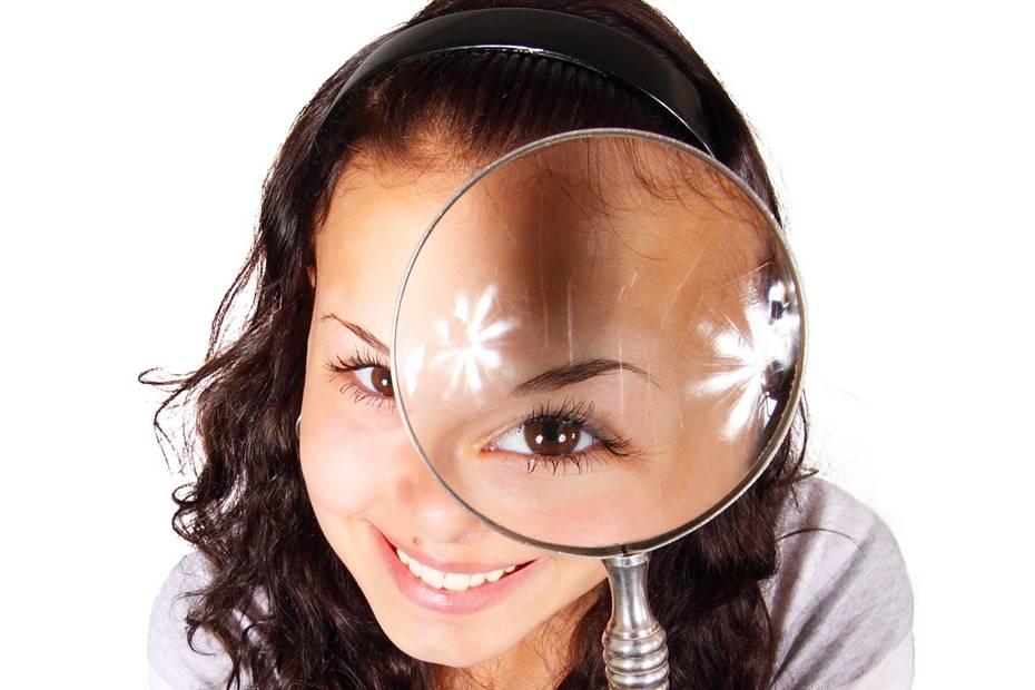 mulher com lupa no olho