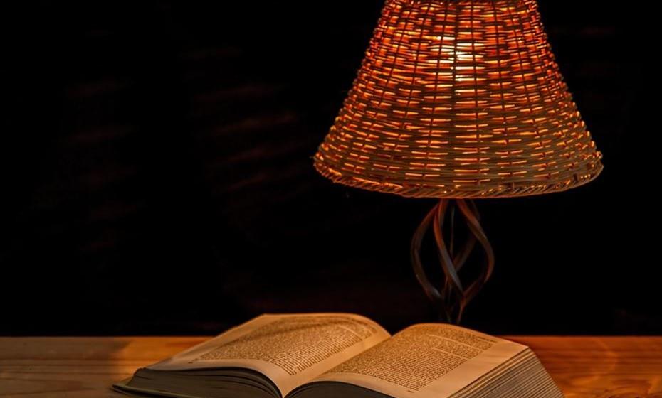 Crie um espaço de estudo: Quando inicia qualquer atividade, é importante encontrar um espaço na sua casa para se dedicar à mesma. Se estudar na cama é provável que acabe por adormecer e se preferir o sofá vai sofrer a tentação de ligar a televisão. Assim, encontre um espaço adequado, silencioso, iluminado e agradável, com uma mesa. Mantenha-o depois sempre arrumado e com os materiais necessários à mão como um computador, fones, dicionário e caderno.