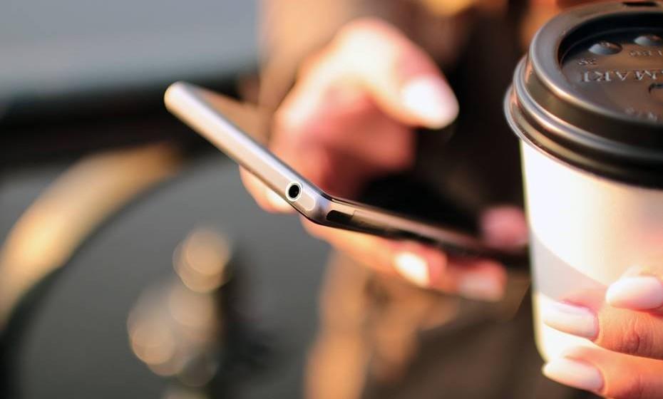 Analise a sua rede de contactos: A sua rede de contactos é o ponto de partida para divulgar a sua marca. As pessoas que já o conhecem são mais fáceis de atingir e podem ajudá-lo a divulgar a sua pessoa. E não esqueça: conhecemos muito mais pessoas do que imaginamos. Pense na sua família, amigos (reais e nas redes sociais) e colegas. Procure oportunidades de conhecer pessoas novas, pois assim aumenta as suas hipóteses de auto-promoção.