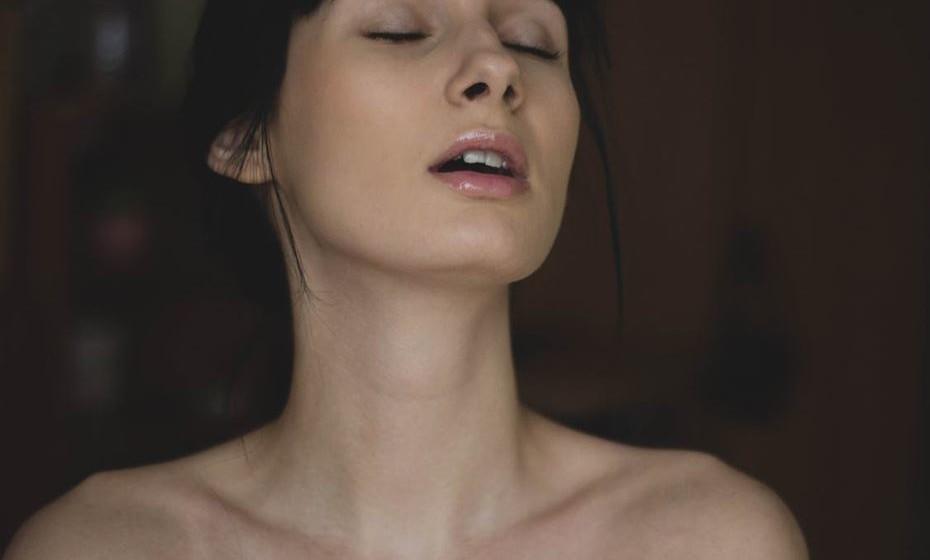 Qual a forma mais fácil para atingir um orgasmo? Resposta: É possível e muito frequente chegar ao clímax apenas com a estimulação do clitóris, o chamado orgasmo clitoriano. Já o orgasmo vaginal, originado pela penetração, é mais raro, apesar de muitas mulheres acreditarem que é o único possível.