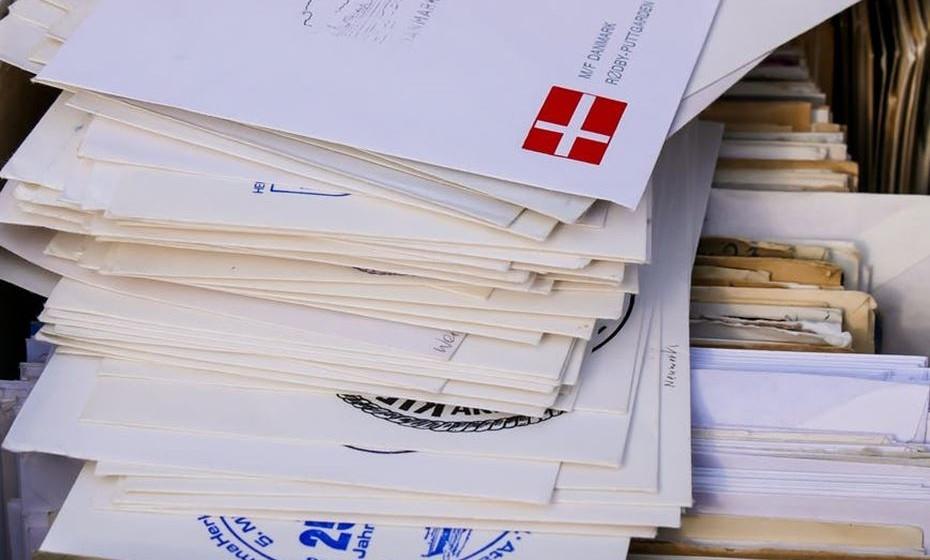 No correio: Se não tem interesse em receber no correio catálogos ou folhetos do supermercado, certifique-se que coloca um autocolante na caixa de correio contra o depósito de correio publicitário.