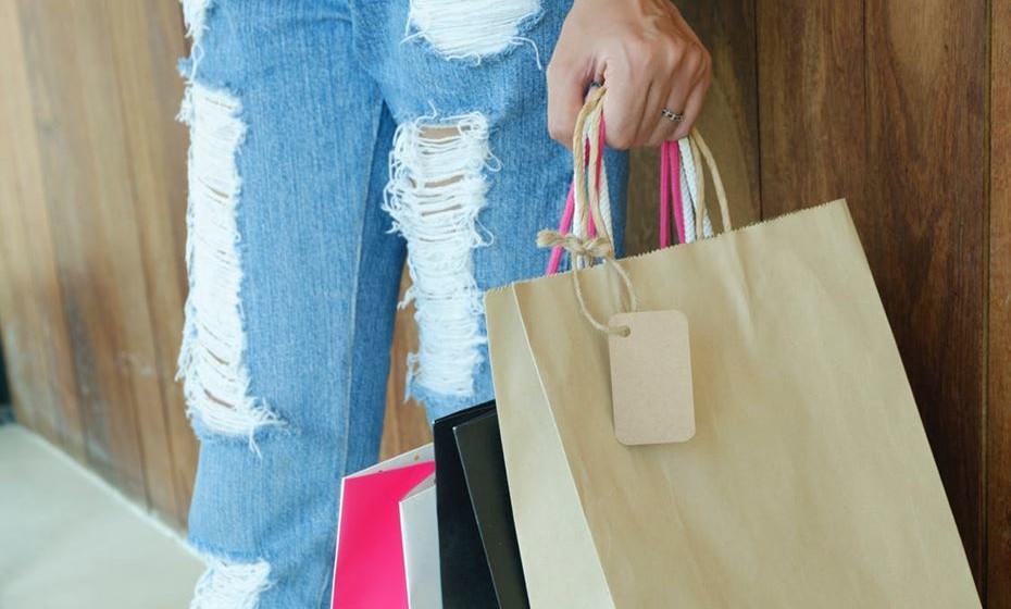 Às compras: Se as medidas contra os sacos de plástico não foram suficientes para a fazer desistir de trazer as compras do supermercado nestes sacos, pense que esta é uma forma de proteger o meio ambiente. Prefira um saco reciclável, que pode andar sempre consigo na carteira.