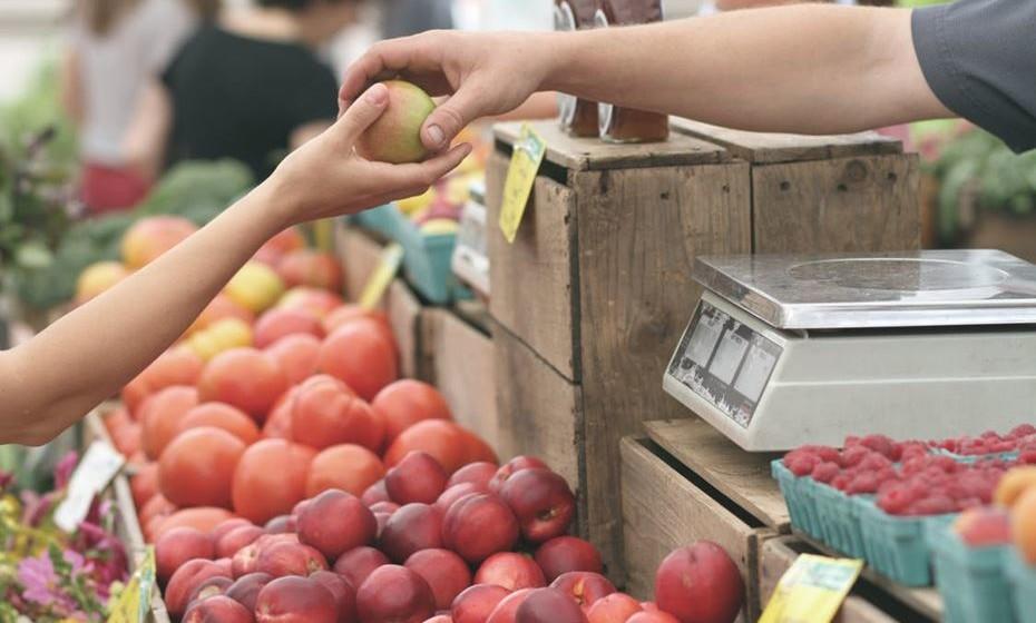 Na alimentação: Tome a decisão consciente de fazer compras localmente, estimulando assim a economia local e evitando a produção de gases de efeito estufa que resultam do transporte de produtos de um lado para o outro. As feiras de produtos locais são cada vez mais comuns. Pode ainda procurar ir diretamente aos produtores.