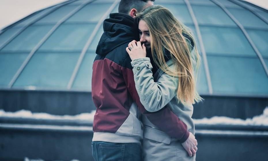 Em termos gerais, podemos sentir atração, paixão ou amor por alguém. E facilmente os três sentimentos se confundem e misturam, levando a confusões em que, geralmente, uma das pessoas sai magoada. Atração é uma emoção física à aparência de alguém, que nos faz querer estar com aquela pessoa. No entanto, passado o momento físico, pouco sobra para alimentar uma relação mais profunda.