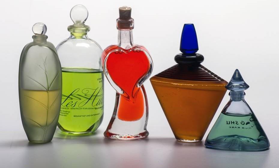 Cuidado com os cheiros: Algumas empresas já adotaram uma política anti-fragrâncias para diminuir problemas de alergias, dores de cabeça e outras reações a perfumes, aftershaves e outros cheiros. Como tal, seja consciente do seu odor e evite perfumes fortes durante o horário de trabalho. Prefira trazê-lo na carteira e aplicá-lo à saída.