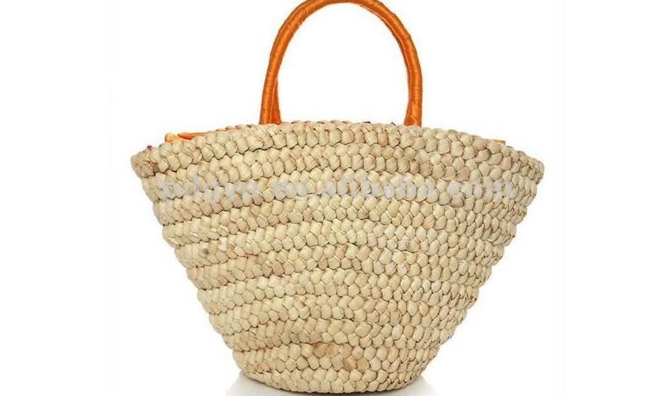 Saco: Escolha um saco grande, onde possa guardar todos os seus pertences. Os modelos em ráfia e palhinha são muito populares.