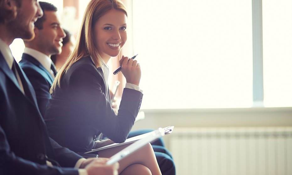 Já definiu a sua marca pessoal? Muito bem! Mas isso, por si, só não faz milagres… Precisa agora de COMUNICAR a sua marca. Nós comunicamos a todo momento, mesmo estando em silêncio. Comece por investir na sua comunicação não-verbal: cuide da sua imagem (vista-se para o trabalho que quer ter e não para o que tem), faça exercício, cuide da sua alimentação, avalie o seu comportamento, defina os seus objetivos, atualize os seus conhecimentos, abra a sua mente a novas ideias. Seja exigente com o seu pensamento, é a atividade que mais comunica a sua marca pessoal, ele influência o seu comportamento, o seu visual e a sua forma de falar!