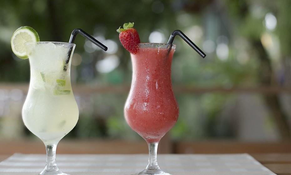 Festa de cocktails: Se gosta de festas temáticas, não deixe escapar esta. Proponha uma festa de cocktails aos seus amigos, em que a ideia é cada um de vocês criar um cocktail diferente para apresentar ao resto do grupo.