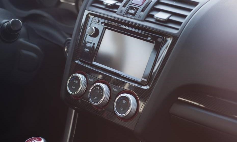 Música: Se estão no carro, é certo que têm música à disposição. Escolha a banda sonora adequada e pode até surpreendê-lo com uma espécie de lap dance. No entanto, cuidado para não deixar o carro a trabalhar ou o motor ligado. Não quer chamar as atenções nem ficar sem bateria.