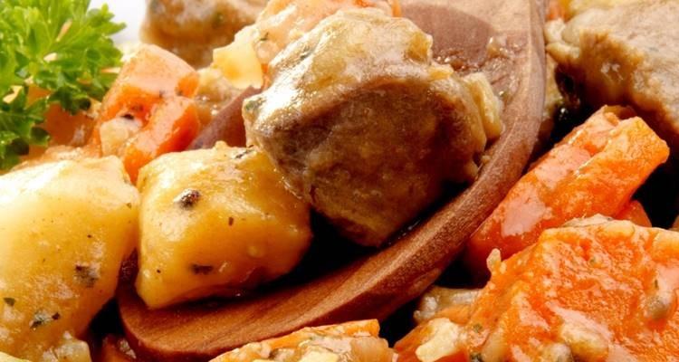 Guisado de perna de peru com cogumelos e castanhas