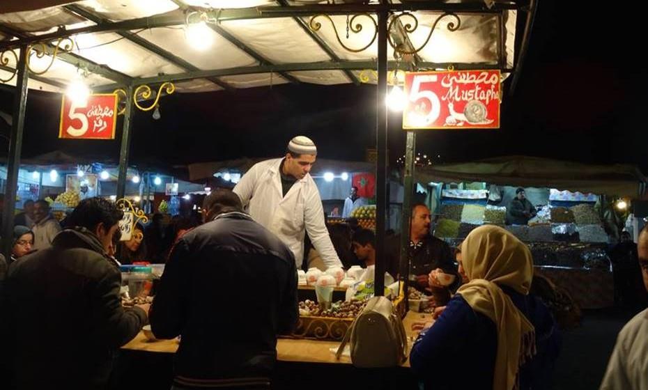 Djemaa el Fna, a principal e mais célebre praça da cidade marroquina de Marraquexe.