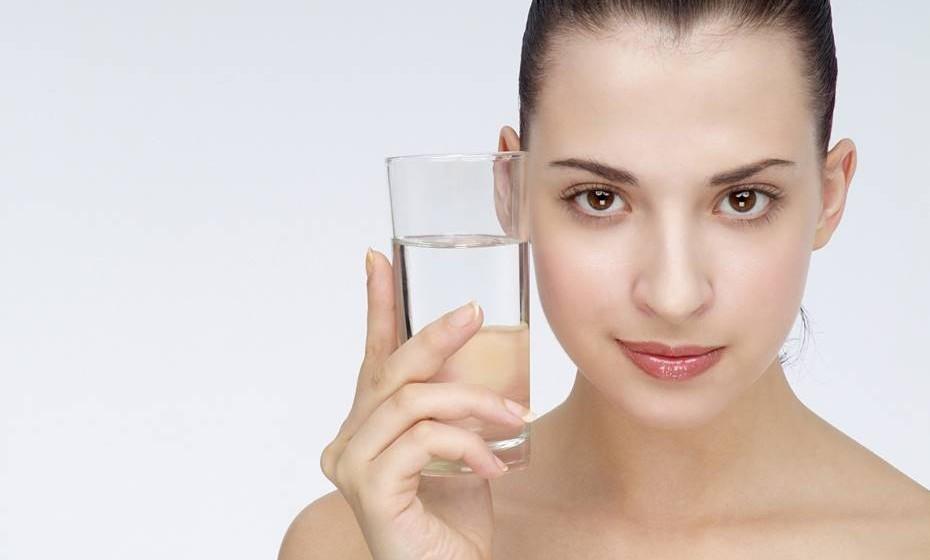 Hidratar: A hidratação é meio caminho andado para uma pele bonita. A pele deve estar hidratada por dentro e por fora. Por isso, é importante investir em bons cremes e aplicá-los diariamente enquanto a pele ainda está húmida. Não se esqueça que a aplicação à noite é muito importante, pois durante a noite a pele tem maior poder de absorção. É também importante beber muitos líquidos durante o dia.