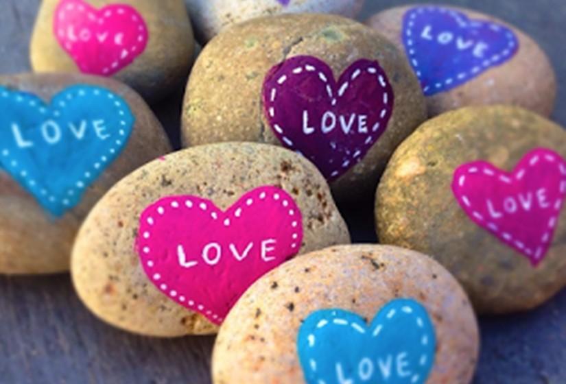 Uma família que vive em San Diego, nos Estados Unidos, deixa pedras que têm escritas palavras positivas em lugares inesperados. Veja algumas destas pedras.