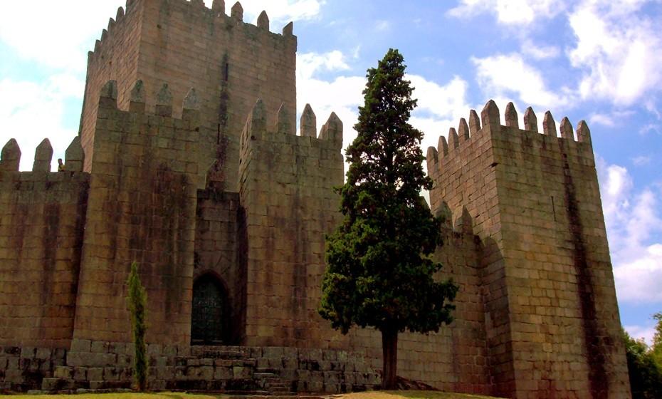 """Castelo de Guimarães: Este monumento encontra-se ligado à fundação doCondado Portucalensee às lutas daindependência de Portugal, sendo por isso designado popularmente como """"berço de Portugal"""". Foi classificado comoMonumento Nacional em2007 e eleito informalmente como uma dasSete Maravilhas de Portugal."""