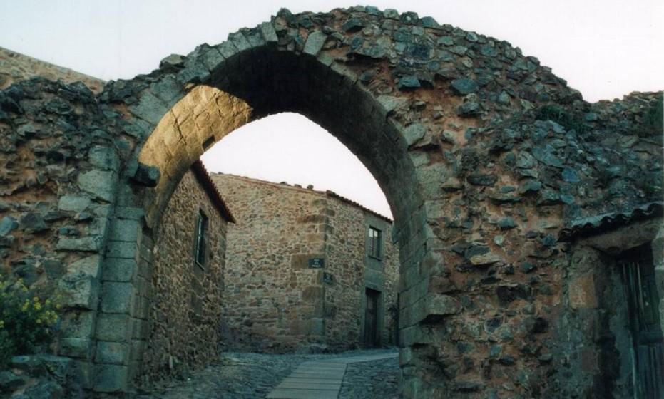 Castelo de Castelo Rodrigo: Este foi, durante a Idade Média, passagem dos peregrinos que, daBeira Baixa, se dirigiam aSantiago de Compostela. O que sobra da antiga fortificação foi alvo de intervenção e o castelo é hoje parte integrante do Programa Aldeias Históricas