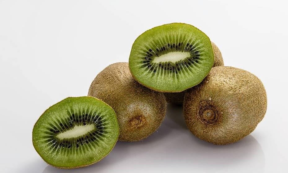 É fácil sermos atraídos pela cor verde e o sabor exótico do kiwi, no entanto, a verdadeira particularidade dos kiwis advém dos seus benefícios para a saúde. É uma excelente fonte de potássio, Vitamina C e E, protege o ADN, reforça a imunidade, ajuda a eliminar toxinas, entre outros.