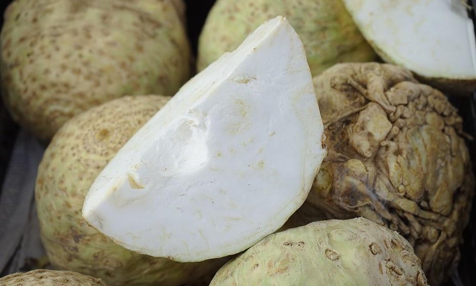 O nabo é um vegetal de raiz e é conhecido por ter um sabor amargo. Pode ser considerado da família da couve e dos brócolos. Por este motivo, atua na eliminação de toxinas o que faz com que ele seja um inibidor do crescimento tumoral.
