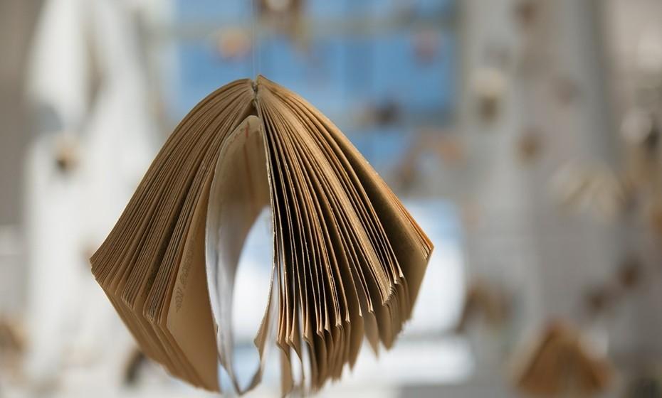 Livro: Agarre no livro que está na sua mesa-de-cabeceira há uns meses e ponha a leitura em dia na praia. Escolha uma sombra e relaxe.