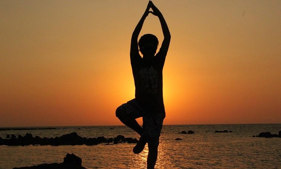 Tapete de ioga: Porque não levar o tapete de yoga consigo e, ao final da tarde, quando a praia começa a ficar deserta, aproveitar para fazer alguns exercícios de relaxamento ou simplesmente meditação?