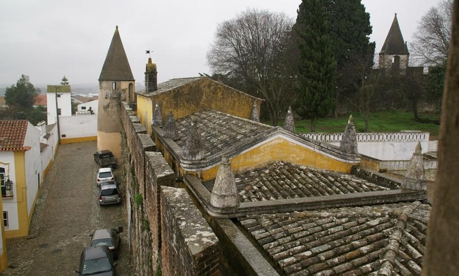 Castelo de Viana do Alentejo: Localizado entre as cidades deÉvorae Beja, o castelo é considerado, juntamente com oCastelo de Alvito, um dos mais notáveis conjuntos arquitetónicos fortificados do final doperíodo gótico. O seu nome, Viana do Alentejo, liga-se ao título nobiliárquico da família Meneses, primeiroscondes de Viana, que se destacaram nas campanhas portuguesas doMarrocosnoséculo XV. Foi mandado construir pelo rei D. Dinis.