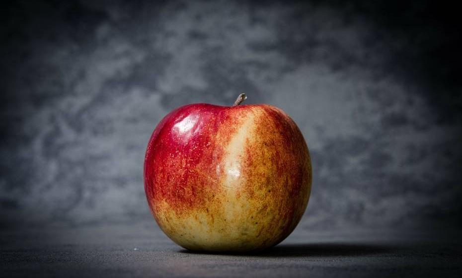 A maçã é um fruto 'versátil'. Doce ou ácida, crua ou cozida, em tarte ou em doce, é sempre um opção deliciosa. Esta fruta contém antioxidantes e fibras e é na casca que estão os flavonoides (ação anti-inflamatória, anti-hemorrágica, antialérgica).