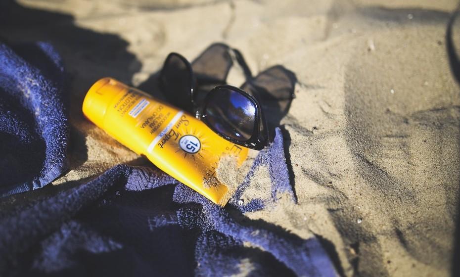 Proteção solar: O protetor solar é a primeira coisa a ir para a mala. Escolha um fator alto, como 50, para os primeiros dias de praia. Não esqueça de comprar um creme adequado para o rosto e ainda um protetor labial.