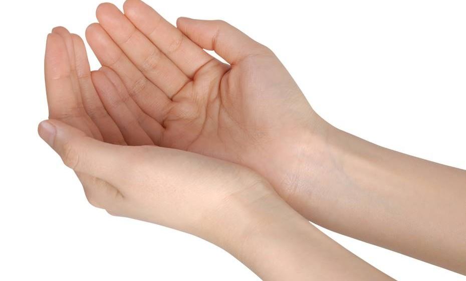 Utilizar condicionador após a lavagem com champô pode causar a queda dos cabelos? Mito.  Em pessoas sem tendência para a queda de cabelo, a utilização de condicionador não causa queda. Não obstante isso, é sempre aconselhável evitar deixar resíduos de champô ou de condicionador no cabelo.