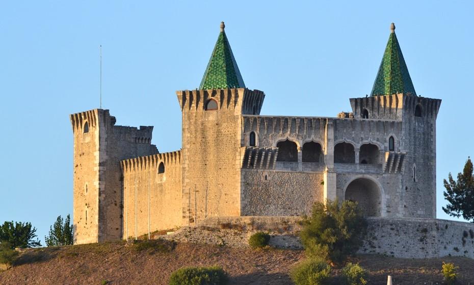 Castelo de Porto de Mós: Localizado no distrito de Leiria, este também é conhecido como Castelo de D. Fuas Roupinho, um herói imortalizado nos versos deLuís de Camõese na lenda de Nazaré. Este edifício dos estilos gótico e renascentista remonta dos inícios dos anos 1000, tendo sido recuperado por várias vezes. Aberto ao público e em bom estado de conservação, o Castelo de Porto de Mós e a sua muralha com cinco torres estendem-se numa posição dominante sobre a vila.