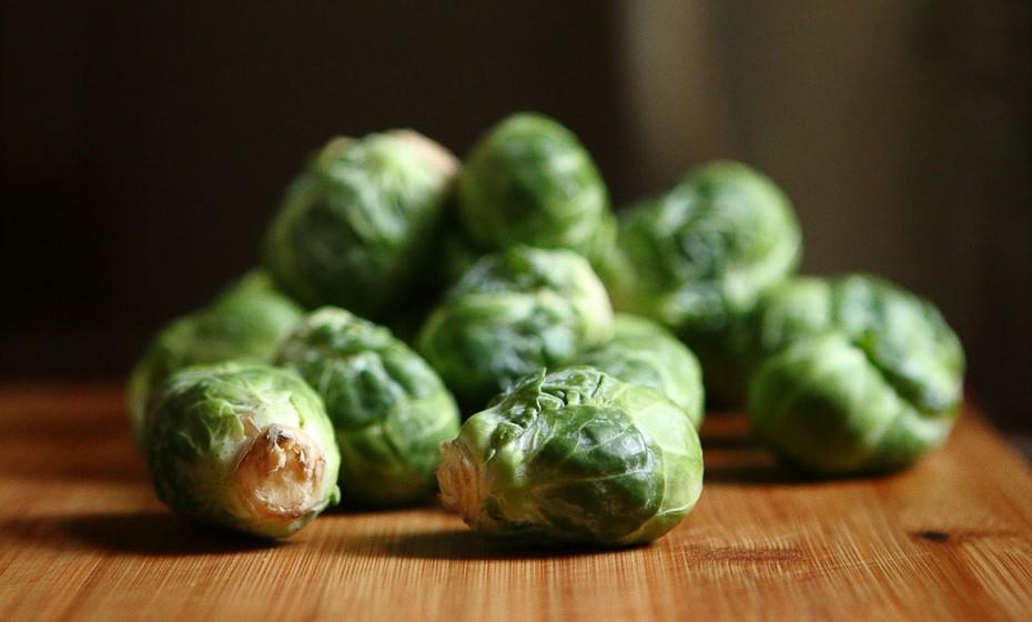 Apesar de ser um legume 'sui generis', pois tem um sabor suave e ao mesmo tempo um pouco amargo, a couve-de-bruxelas cozinhada da forma certa, como por exemplo acompanhada de um molho picante ou agridoce, tem um sabor divinal. Além de que é uma ótima fonte de ácido fólico e ferro.