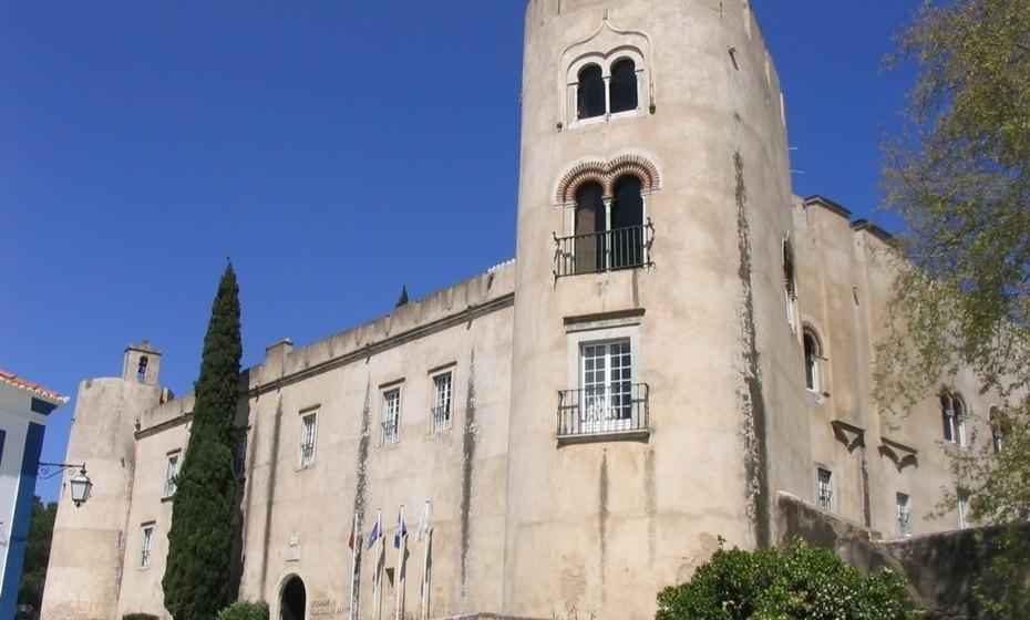 Castelo de Alvito: Construído entre 1494 e 1504, o Castelo de Alvito, noAlentejo, associa à função militar a de residência, razão pela qual alguns autores preferem classificá-lo como umpaçofortificado. Foi recuperado e desde1993 é um dos estabelecimentos da redePousadas de Portugalsob o nomePousada do Castelo de Alvito.