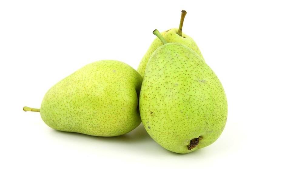 A pera é um fruto que prima pela sua diversidade. Há quem não lhe dê a devida importância, no entanto, este é um fruto que contém muita fibra, ajuda a baixar o colesterol, reter o cálcio e a diminuir a sensação de barriga inchada. Tem ainda vários antioxidantes e está até associada à prevenção do cancro.
