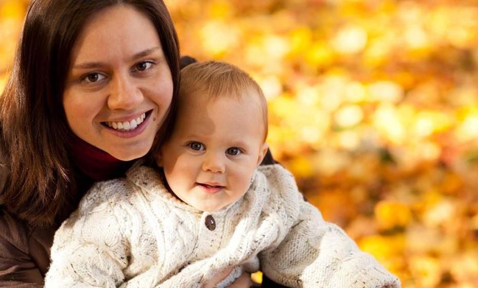 É normal os cabelos caírem após o parto? Verdade.  Cerca de 4 meses após o parto, muitos fios de cabelo podem entrar prematuramente na fase de queda, levando à perda de mais fios por dia do que o normal. Chama-se eflúvio telógeno e esses fios voltarão a crescer normalmente depois de algum tempo.