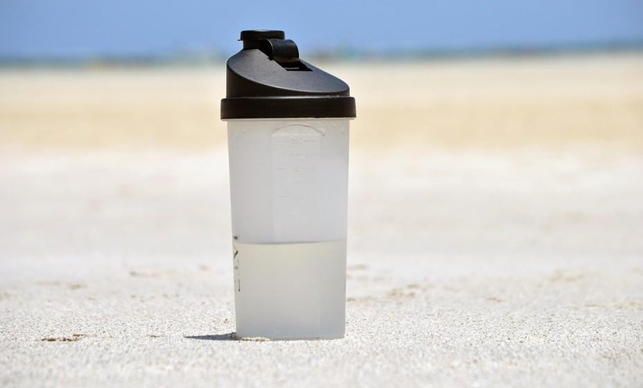 Água, água, água: Não se esqueça de se hidratar ao longo do dia. O ideal é ir bebendo golos frequentes.
