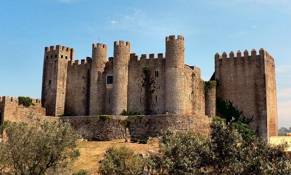 Castelo de Óbidos: Localizado na vila de Óbidos, este será talvez um dos castelos mais visitados do país. Erguido sobre um pequeno monte, outrora à beira mar, foi fruto de diversas intervenções arquitetónicas ao longo dos séculos. Tem o título de Monumento Nacional e de uma das Sete Maravilhas de Portugal.