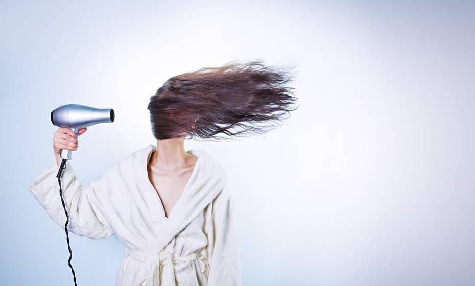 Não secar os cabelos após o banho faz cair os cabelos? Mito.  Deixar os cabelos molhados não os faz cair. Se fosse assim, os nadadores, que permanecem horas seguidas dentro da água seriam todos calvos.