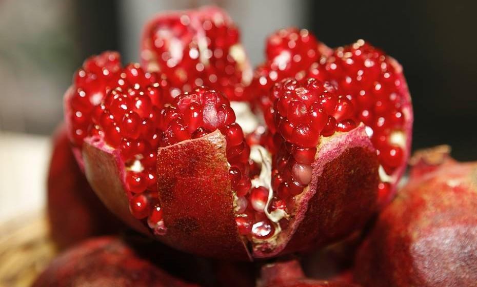A romã é um dos frutos mais populares desta época. Por trás dos seus bagos vermelhos, está um fruto exótico que tem imensas propriedades benéficas para o organismo e, por conseguinte, para a saúde. Entre outras coisas, o consumo da romã ajuda a manter baixos os níveis de colesterol e de tensão arterial, e a sua vitamina C protege das constipações.