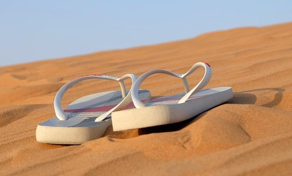 Chinelos: Há modelos para todos os gostos e estilos, o importante é escolher uma opção confortável e divertida.